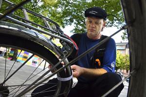 På Järntorget. Bosse Finsberg lappar en övergiven cykel.