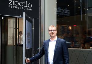 Snart öppnar Mikael Olsson dörren till sin fjärde espressobar i New York.