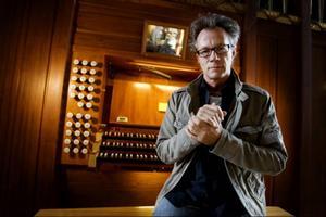 Organisten Gunnar Idenstam nyttjade orgeln i Stora kyrkan till fullo och fyllde kyrkovalvet med klang under sin konsert under onsdags kvällen.