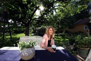 """EN GRÖN OAS MITT I STAN. Trädgårdskonsulten Gunilla Welin Brook bor i centrala Gävle där hon skapat en lummig oas, skyddad från stadsbruset. Här hittar hon sin avkoppling och inspiration. """"Jag älskar färg och form. Jag har ett behov av att uttrycka mig och göra andra människor glada. Trädgård är en passion och det berikar ens liv."""""""