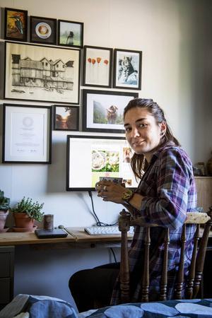 Rania har sitt kontor i sovrummet. Där sköter hon sina kontakter med uppdragsgivare, redigerar bilder och dricker kaffe.