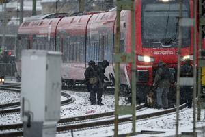 Polisens bombtekniker med bombhundar undersökte även ett tåg vid Göteborgs central på torsdagen.