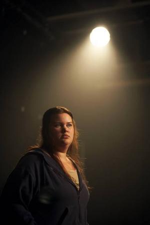 Tung debut. Zandra Andersson gör en enastående insats i en dramakomedi om allas rätt till huvudrollen i sitt eget liv. Foto: Anders Freudendahl