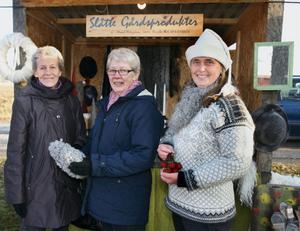 Östersundarna Inger Segersten och Sirpa Honkonen tittade på de saker gjorda av ull som Maud Wängman, Slåtte, sålde. Ulle kommer från de egna fåren hemma på gården.