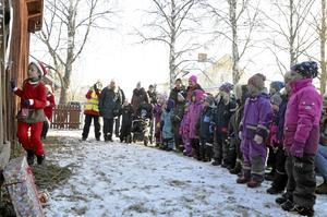 Äventyr. Tomtenissarna Emma Lind och Alice Thessén är oroliga för hur det ska bli med julen: både Tomten och barnens alla önskelistor är försvunna. Barnen lovar att hjälpa till att leta.