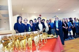 Mingel. Alkoholfri bubbeldricka och snittar väntade på personalen och de inbjudna gästerna när Sandvikens första hälsocentral officiellt invigdes i går.