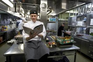 Kokbok. Stefan Johansson, kökschef på Högbo brukshotell, ville skapa ett levande dokument när recept på hotellet skulle dokumenteras. I kokboken varvas recept med röster från gäster och personal på hotellet