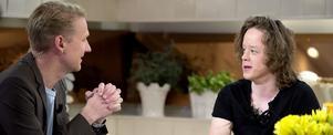Erik Boberg, Falun, (t h) skrapade fram totalt 1,8 miljoner kronor jämnt fördelat på tio år när han skrapade triss i TV4 Nyhetsmorgon på lördagen. T h ses programledaren Jesper Börjesson, Foto: Maja Suslin