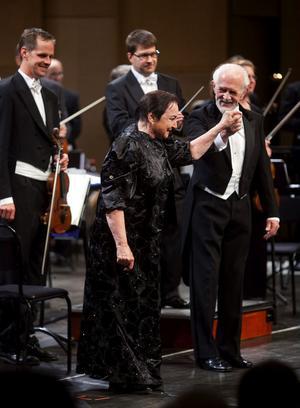 Det gulliga kärleksparet Susanna och Figaro i Figaros bröllop, här i hovsångarna Erik Saedéns och Margareta Hallins gestaltning.