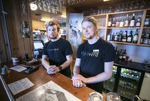 Oscar  Bergenbom och  Adam Nordberg, två av totalt elva fjällvärdar på Helags fjällstation,
