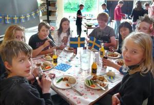 Mat spränger alla gränser. Här äter svenska och danska elever mat tillsammans.