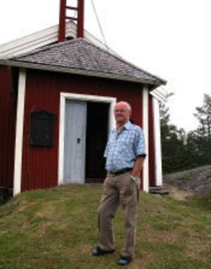 Hamnfogden i Skeppshamns kapell, Stig-Gunnar Wikberg vid kapellet efter den senaste stölden. Han var tyvärr oanträffbar under gårdagen men kommer enligt bekanta att bli mycket glad över beskedet att krucifixet är återfunnet.