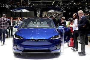 Tesla visade upp sin nya suv Modell X med en elräckvid på mellan 40 och 47 mil beroende på modell.