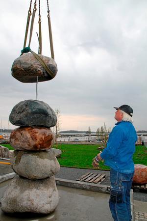 Stenarna kom på plats med hjälp av lyftkran. Konstnären Pål Svensson höll ett öga på arbetet.