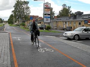 Örebromodellen. På Hagaleden kan cyklisterna cykla snabbare och säkrare. Gående har ett eget fält längst från bilvägen.Foto: Yngve Fredriksson