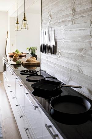I stället för överskåp är det lådförvaring som gäller i hela köket.