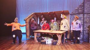 Snövit och de sju dvärgarna. En fartfylld familjemusikal som roade Gävlepubliken.