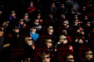 """Så här ser det ut i biosalongerna när publiken tittar på digital 3D. Bilden är tagen i Stockholm när barnfilmen """"Bolt"""" hade premiär förra året.Foto: Scanpix"""