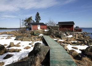 Lyxigt? Fastighetsskatten fyrdubblades i ett slag för detta lilla sommarnöje i Skärså. Förklaringen är bland annat att tomter med sjöutsikt blivit guld värda.