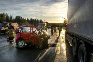 Personbilsföraren upptäckte den stillastående lastbilen, men när han skulle väja för den körde han in i en annan lastbil.
