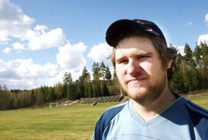 Johan Eggen hoppade in som målvakt i Lillhärdal när ordinarie keeper flyttade.Sedan dess har han stått. I lördags stred han tappert trots skada mot Kälarne.– Man gör allt för sitt lag.