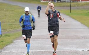 Roger Brokvist och Henrik Modin från Eskilstuna snart i mål efter drygt fyra timmars löpning. Foto: Berit Djuse