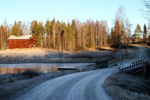 Intill dammen, något hundratal meter från vägen, står ännu den sista resten av Andersfors bruksepok, men inte så länge till.