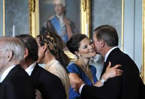 Kronprinsessan Victoria hälsar på Marcus Wallenberg på slottet. Det var de två som räddade mångmiljardaffären mellan Sverige och Saudiarabien, enligt Ekot.
