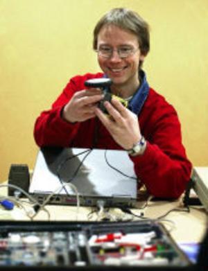 Börje Norlin, lärare i kursen Barn möter elektronik, har svårigheter att få fast hjulen. Lätt på handen ska man vara.
