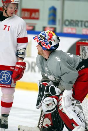 Mika Kiprusoff i samtal med Jonathan Hedström under säsongen 2004/05.