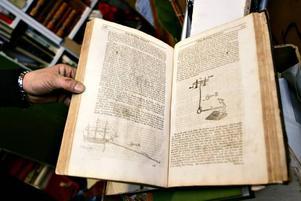 En av de lite äldre böckerna om skeppsbyggarkonst har teckningar som Tommy Örtberg gärna studerar och det är en av de lite värdefullare böcker han hoppas kunna sälja via nätet.