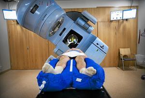 Genomgår behandling. En patient med prostatacancer ligger under en strålningskanon på Radiumhemmet på Karolinska sjukhuset i Solna. Arkivfoto: Dan Hansson /TT