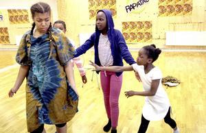 Theresa har skrivit en musikteater-föreställning som ungdomarna på Rapatac ska spela upp.