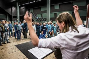 Vi besöker uppsättningen under en repetitionsdag i Stockholm. Dansarna har klädtema blått, liksom koristerna.