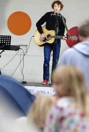 Jonas Modin med gitarr och munspel var en av artisterna som deltog i musikkrysset.