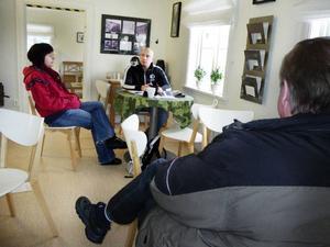 """""""Värmestugan är min fasta punkt i livet"""", säger besökaren Lasse. Personalen försöker lugna oroliga missbrukare och förklarar att inget är beslutat ännu. """"Öppettiderna har precis blivit bättre och vi har börjat ta emot fler unga vuxna. Det vore märkligt att spara in på en så viktig verksamhet"""", säger behandlingspedagogerna Janne Kronqvist och Bitte From. Foto: Ann-Louise Rönestål Ek"""
