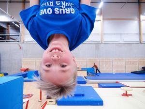 Unge Benninghof testar ofta ringarna i nya gympahallen i nya arenan.