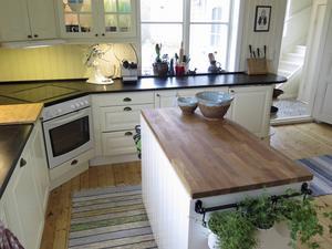 Den här köksön har paret byggt själva. Här gör Fredrik bland annat sina Youtube-inspelningar.