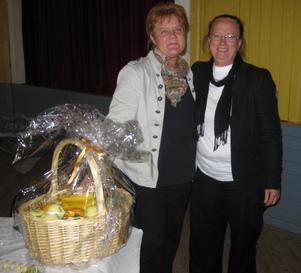 Kommunalrådet Carina Schön, s, överräckte en fruktskål till Novas nya rektor Eleonore Sikström. Bild: Privat