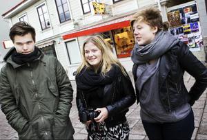 Gustav Skarberg, Ida Lindman och Nike Lindstedt, Östersund, har alla olika mobilvanor. –Jag brukar gå in och kolla Facebook på min och lite mejl, säger Ida Lindman. – Jag är så dålig på mobiler så jag går in på nätet via datorn istället, skrattar Gustav Skarberg. • Tänker ni på att mobilen kan bli hackad när ni är ute och surfa?– Ja, jag hade hört det på tv alldeles nyss, men det är ju ingenting jag har tänkt på innan när jag har varit ute och surfat, säger Ida Lindman.