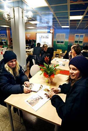 Jonna Smidig och Fanny Östberg tycker om att Engelska skolan undervisar på engelska eftersom man kan komma att behöva prata flytande engelska om man ger sig ut i världen efter gymnasiet.