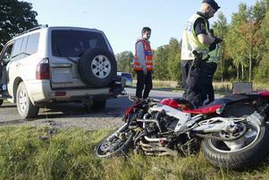 16 september 2009. En man skadas vid en motorcykelolycka på Skultunavägen i höjd med Forsby. Olyckan inträffade när  en mötande personbil skulle göra en vänstersväng.Foto: Anders P Näsberg