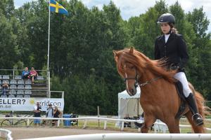 Emelie Leijon, född 2001,  med sin häst Kyndill.