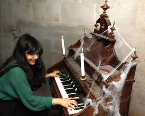 Mari Aladehesi satt i källarmörkret och spelade på en gammal orgel.