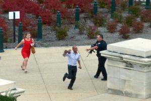 Folk flyr för att ta skydd. Skottlossningen har ägt rum vid kongressen.