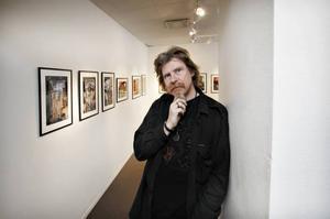 Sune Liljevall i sin utställning.