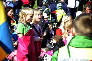 Juni Sannö, i grön T-shirt, och Wilma Lönnström från förskolan Tived var engagerade i vad som hände på scenen.Bild: Eleonore Eriksson