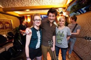 Av en slump hamnade Londonbandet i Borlänge. Natalie Åkerström och Jenny Åkerström var glada att återse Ryan O'Reilly. I bakgrunden skymtar Redvers Bailey och David Klinke Jörgensen.