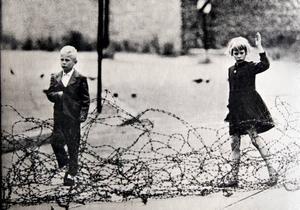 Jörn Donner kom första gången som 19-åring till Berlin 1952 med ett introduktionsbrev i fickan till Bertholt Brecht. 1961 började berlinmuren byggas.