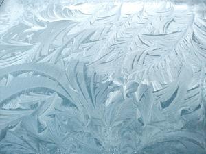 En bild från december - frost på motorhuven på en bil på Sotargatan.